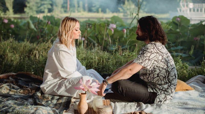 """Smiley și Delia lansează """"Ne vedem noi"""", cea mai așteptată colaborare din muzica pop românească a ultimilor ani"""